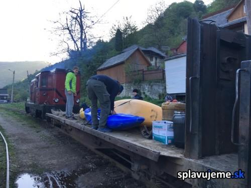 Preprava kajakov lesnou zeleznickou CFF Viseu de Sus