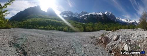 hory v okoli rieky Valbona
